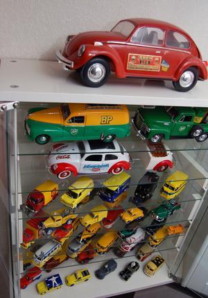 En bokhylla späckad med bilar tar plats i Ove Anderssons fina vardagsrum.