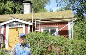 Torvtak i Björksjön. Sven, 74 år, är gammal snickare och ser det som en självklarhet att göra jobbet själv.