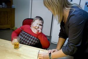 FRUKOST. I dag blir det knäckebrödsmacka med leverpastej till frukost. Alicia brer själv. Under frukosten får Alicia ha lapp över ena ögat för att korrigera skelningen.