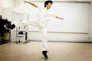 Smidighet. Under bara några minuter visar Wei Yao Cen Kung Fu-konsten. Hon visar tigern, ormen och flera egna rörelser som hon skapat.