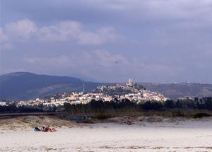 Byn Possada har ett vackert läge med fina stränder på östra sidan av ön.