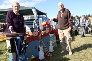 Britt-Marie och Leif Johansson sålde bland annat de egengjorda trollen, som även fungerar som regnmätare. Det har gått skapligt med försäljningen, säger Britt-Marie. Man sålde även bland annat verktyg  och Lidman-böcker.