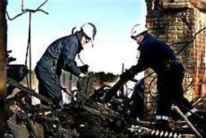 Foto: GUN WIGH Teknisk undersökning.  Under hela måndagen var polisens tekniker på plats för att försöka utröna vad som kan ha orsakat branden i trähuset som inrymde det indiska tygföretaget.