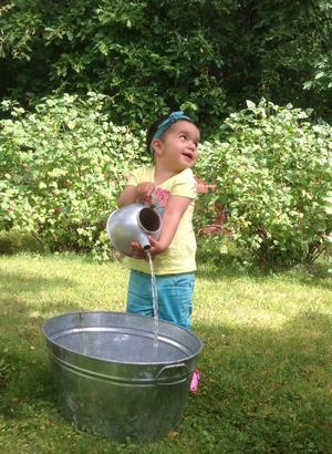 Bianca leker med vatten hos farmor. Foto Michele Eklund