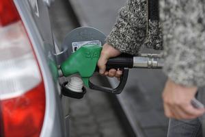 Vi tycker att det ska vara mer fördelaktigt att köra på alternativa bränslen. Därför vill vi höja skatten på bensin och diesel, skriver miljöpartisten Per Berglund.