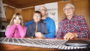 Martin och Moa Sköld går på Odensvi skola och bor några hundra meter från platsen där älgen dödades. Här med pappa Magnus Sköld och morfar Sören Blomkvist.