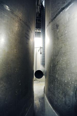 Överskottsvärme från processerna tas till vara och värmer upp hela fabriken. Ett enkelt rör leder värmen från pannrummet.