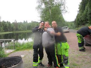 De morddömda. Daniel Viberg Wahlgren, Benita Hokkanen och Joakim Hessling, i bakgrunden Martin Broling, några timmar innan kvinnan mördades, vid grillplatsen dit hon lurades.