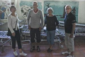 Maj-Lis Englund, Bernt, Inger och Palle Eriksson (Inger och Bernt är gifta, men inte släkt med Palle) framför sjuksängar och väggmålningar nere i kulverten.