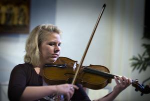 Nathalie Bertilsson på viola spelade Hoffmeisters Sats 1 Allegro con spirito ur Violakonsert i Bb-dur.