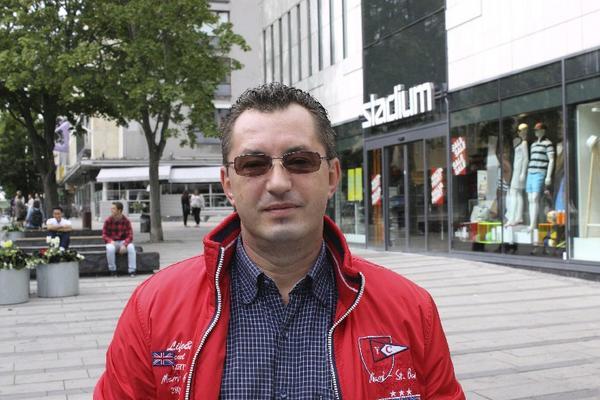 Daniel Toader, 46 år, Rumänien, sjöman: Jag e-handlar inte, min fru handlar allting åt mig. Jag reser mycket och när jag ser något jag vill ha köper jag det.