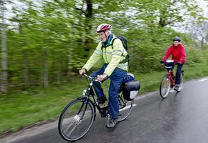 Naturen bäst. Med cykeln som färdmedel kryssade sig Christer Roos och Marie-Louise Roos fram mellan utställarna. ¿Trafiken är lite farlig¿, säger Marie-Louise Roos som konstaterar att förarna är mer distraherade av all aktivitet i bygden under Tysslingedagen jämfört med andra dagar.