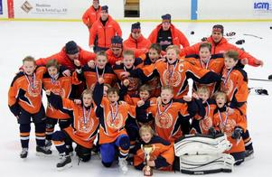 Bronsmedaljörerna. Hela gänget på bild i Munkfors där Lindlövens IF U11-lag gjorde bra ifrån sig i hockeycupen.