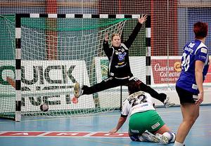 Handboll, IVH Västerås-Rimbo HK i Bombardier Arena i Västerås.Målvakten i IVH heter Martina Thörn och Rimbos nr 22 heter Tove Westerman.