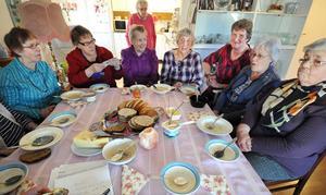 Samling kring bordet: Nancy Henningsson, Britta Jansson, Anna-Lisa Ringård, Ingegärd Ludin (skymd), Marianne Grip, Marie Eriksson, Monica Emanuelson och Ellen Mörk.