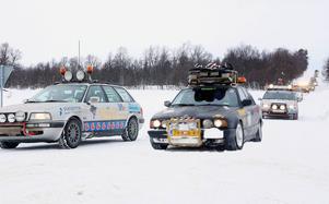 De var en mist sagt udda bilkaravan som tog länsväg 311 över Högvålen under torsdagen. Drygt 250 bilar tutade och sladdade i snöyran för att nå etappmålet i Mora.