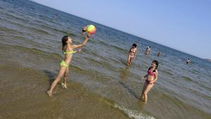 Lekande barn i vattenbrynet på Sunny Beach, Bulgariens största charterdestination.   Foto: Johan Öberg