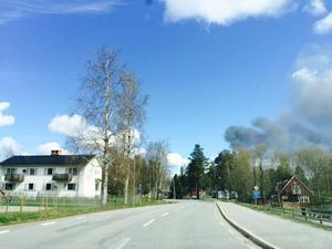 Brand på Octowood i Kälarne. Räddningstjänsten varnar för den giftiga röken och uppmanar boende i området att hålla fönster, ventilation och dörrar stängda.
