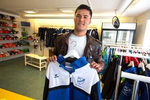 Habib Sharifi har en praktikplats i IFK Hedemoras lilla butik och vill gärna vara kvar.