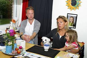 – Vi vill varna andra hundägare för att bada sina hundar i Storsjön, säger Stefan Olofsson och Pernilla Persson. Deras andra hund, två-åriga Zaya, dog i helgen efter sannolik algförgiftning.