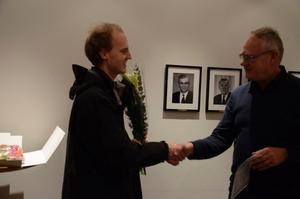 Niklas Sandberg gratuleras av kultur- och fritidsnämndens ordförande Björn Eriksson (S).