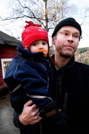 Lassa Samell är pappaledig med dottern Kajsa, 14 månader. Han tycker att föräldraförsäkringen är fantastiskt bra, men krånglig och svår att få besked om från försäkringskassan.
