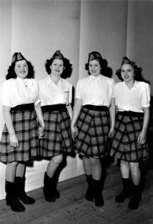 ÅRET VAR 1947. Anna-Lisa Wedin, född Pettersson, står längst till höger på bilden från SSU Strömsbros 15-årsjubileum. Flickan längst till vänster kan vara Maj-Britt Fredriksson.