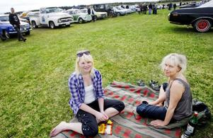 Beatrice Johansson och Carina Nilsson hade ordnat det bekvämt på en filt bakom sin Ford mustang.
