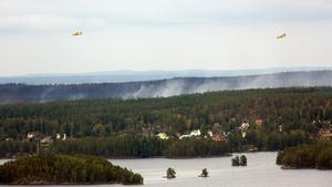 Två av specialflygplanen cirklar över Ängelsberg. På bilden syns bland annat Oljeön och Ulvaklev.