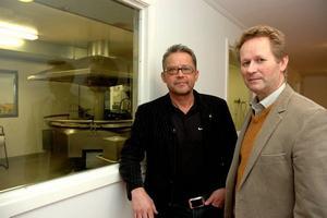 NYA. De nya ägarna Peter Ek och Agne Thuresson, från Peken Invest och Thuressons hönseri, är i Ockelbo för att lära sig allt om pannkaksfabriken.