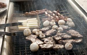 Matos. På grillen denna kväll ser vi kött, svamp och ost. Det är inte konstigt att dofterna lockar til sig grannbarnen.
