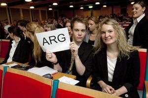 Andreas Pettersson och Karin Nilsson är inte arga, utan visar att de representerade Argentina, ARG.