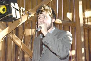 En DJ som både sjöng och spelade trummor till höll i musiken.