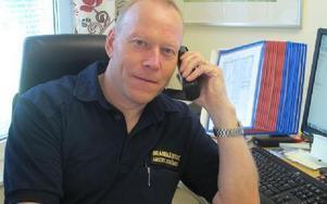 Brandmästare Anders Strömberg hoppas att det inte blir fler prutningar på budgeten till Räddningstjänsten.