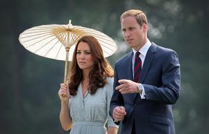 Prins William och frun Kate under ett besök på Kranji Commonwealth War Memorial i Singapore 2012.