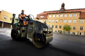 Snart klart. Den sista asfalten läggs på på skolgården i dag. Stefan Andersson fixade asfalt i går. Foto:Johan Larsson