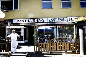 Inomhus. Shivan Khalaf på restaurang Luna tänker ta bort hönsnätet runt uteserveringen och bara servera och tillåta alkohol inomhus i fortsättningen.