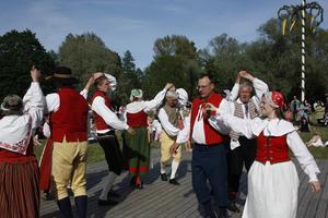 HOLMEN. Avesta Folkdansare går loss till en mix av