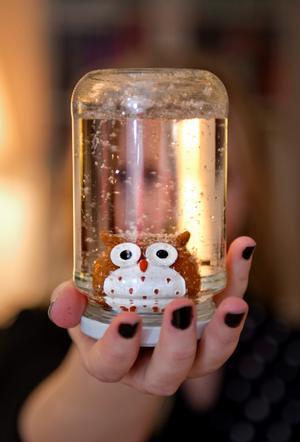 En uggla fastlimmad i locket med vattentåligt lim. Vatten och glitter i burken och du har en uggla i en glitterkaskad.
