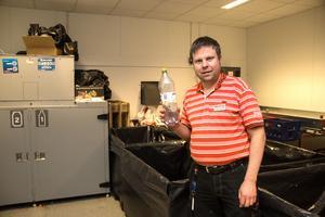 Butikschef Jonas Thunstedt i lokalen innanför pantmaskinen. Här sorteras pantflaskor och pantburkar upp.