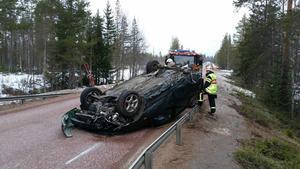 Bilen flög över bron över Björnån och blev liggande på taket.