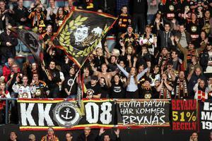 Brynäsfansen på Hovet. Efter matchen åkte de hem till Gävle och tog emot Brynäs vid Gavlerinken när spelarbussen rullade in vid 02-tiden på natten.