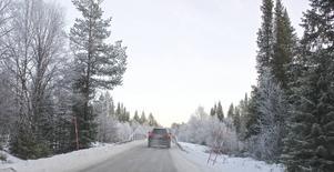 På den här bron mellan Strådalen och Lofsdalen krockade två bilar. Bron är drygt fyra meter bred. Det finns inga skyltar som talar om att bron är smalare än vägen, bara två snöruskor som markering till plogbilen.