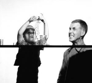 Gunnar Cyren med sonen Mårten som staplar glaskuber 1961.