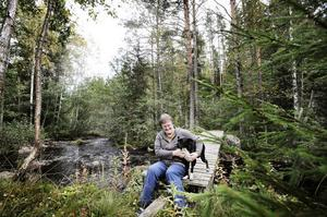 En idyll tycker många, men Ing-Marie Granath skulle inte bo helt utan el i ett hus mitt ute i skogen om hon slapp.