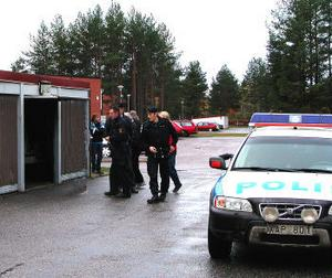 Tjuvarna bröt sig in i ett trebilsgarage i Tallnäs och stal vinterdäcken för två bilägare som tänkt skifta hjul till helgen.