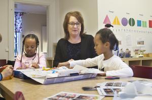 Förskolechef Jeanette Behrens tillsammans med Nawaal Mohamed Hussein och Salma Omar.