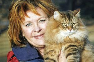 Britt Ellenius med sibiriska hankatten Izzy.