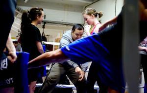 Här instruerar Alex Upamai nybörjarna Intira Janupiboon och Johanna Bayer.