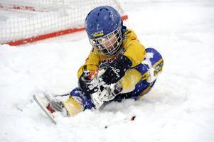 Olof Erson, 6 år, har tröttnat på snöandet och väljer i stället omklädningsrummet.